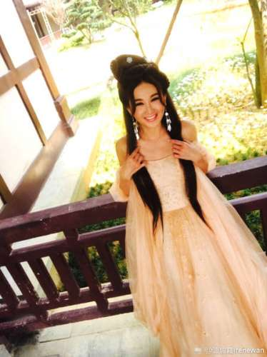 52岁温碧霞穿古装美回从前 病后初愈笑容灿烂