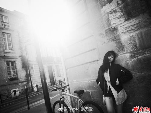 张天爱晒法国街头黑白写真 随性帅气长腿吸睛
