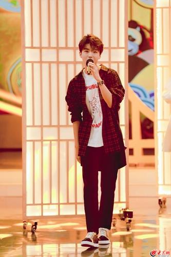"""王俊凯开口脆清唱《简单爱》 超级跑堂小哥也有""""失手""""的时候"""