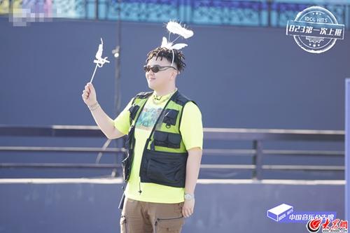 《中国音乐公告牌》录制现场 蔡徐坤上班路比1,艾福杰尼送粉丝头饰