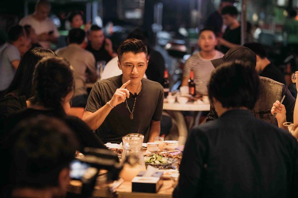 谢霆锋遇二十年粉丝 带领战队大排档聚餐