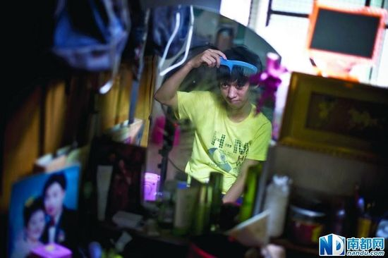 面对镜子,爱美的小民特意整理了一下乱蓬蓬的头发。