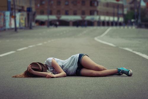 优雅睡姿唯美女生图片 找一棵树静静的躺下