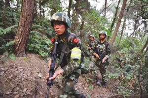 重庆警方进入歌乐山一带山脉,增加警力搜捕枪案疑犯。