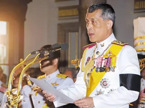 泰国的新国王的私生活 废掉三任妻子,情人无数,行刺姐妹,曾因好赌输掉一座行宫…泰国新国王的黑历史狗血