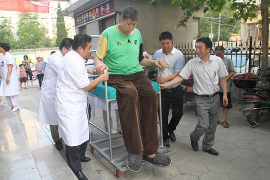 亚洲第一巨人去世 亚洲第1巨人王峰军去世年仅39岁,姚明都需要仰视,陈鲁豫惋惜