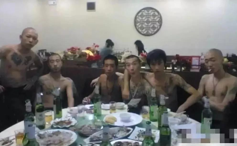莫磊出狱的照片 乔四手下金牌杀手曾无限风光,出狱后捡破烂为生!