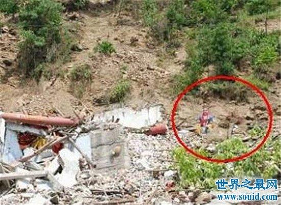 汶川地震不能说的事,凤凰卫视拍到不眨眼的半张脸(www.souid.com)