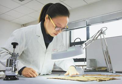 国宝级文物修复师:让千年织物重现往昔光华