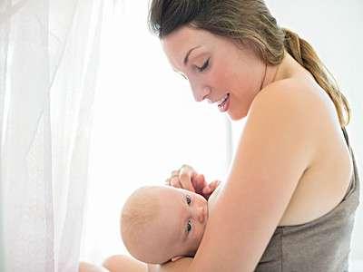 新手妈妈想要奶水多 应让宝宝多吸奶
