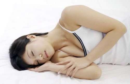 最毁女性乳房的10大坏习惯:不良生活习惯会使他受伤