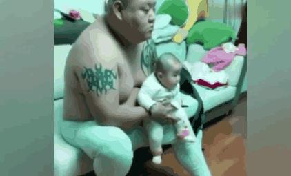 一对温馨的父子看电视表情神同步(图)