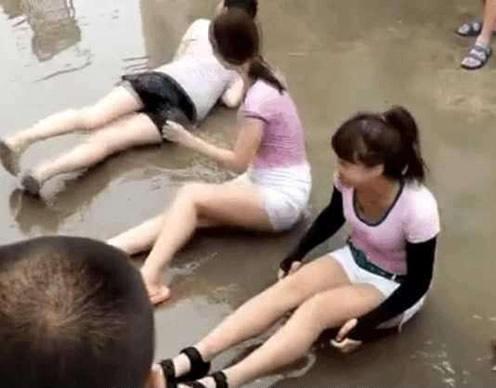 几个美女为何在大街上打滚美女(组图)