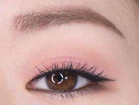大眼睛猫眼妆的画法:你缺一款清新猫眼妆的画法