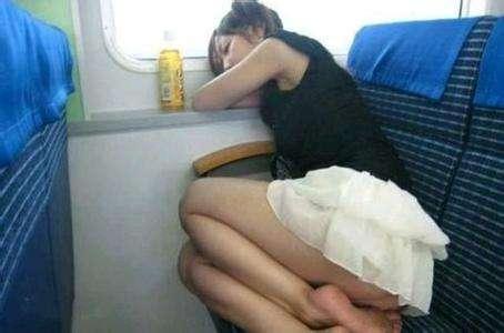 火车上美女豪放睡姿:太诱惑(组图)