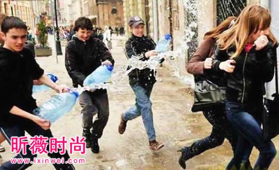 波兰的这一天,男孩们可以尽情泼湿街上的女孩(图)