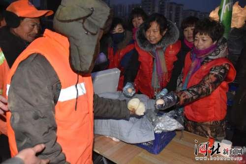 一份热粥一份温暖 磁县为350余名环卫工提供免费早餐