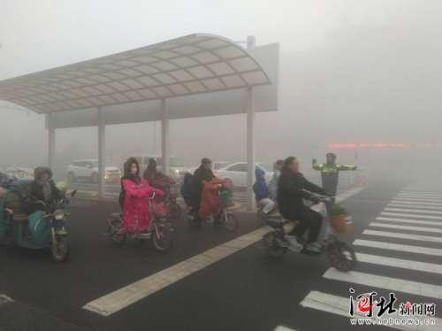 邯郸肥乡遭遇2019年首个强浓雾天气 交警全员上岗保安全