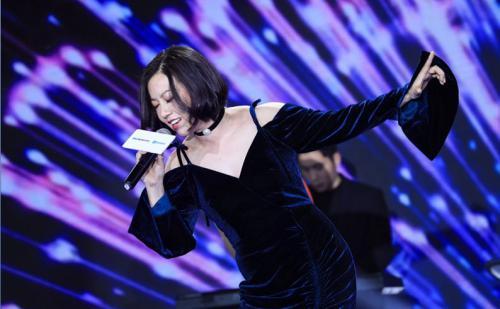 花僮献唱音乐年会盛典 经典歌曲引粉丝疯狂打call