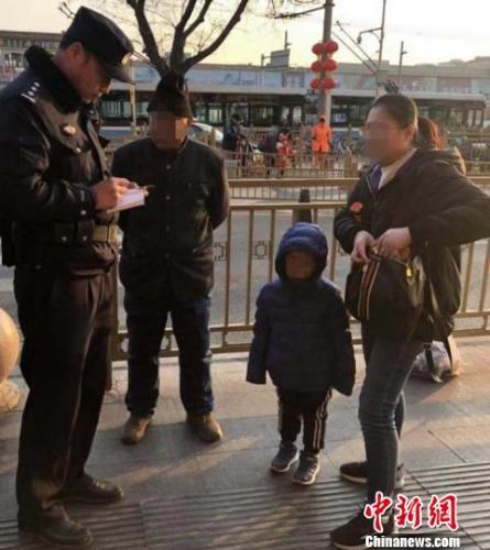 """北京铁警的春运日记本:""""手机、爷爷、救护车"""""""
