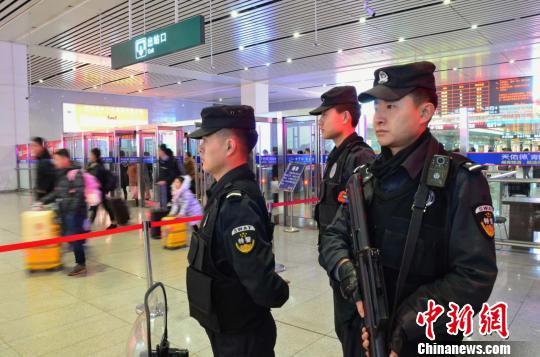 春节不回家青海西宁站特警坚守岗位保平安
