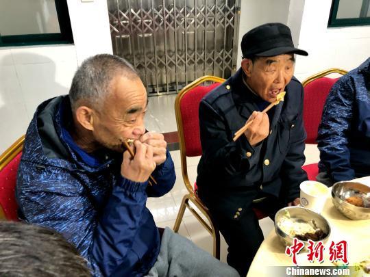 合肥流浪受困人员吃上年夜饭 滞留30年老人说想家
