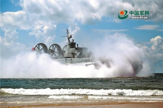 直击南海舰队某登陆舰大队气垫登陆艇训练