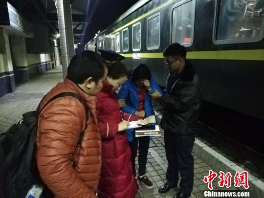 旅客列车上突发疾病工作人员合力施救