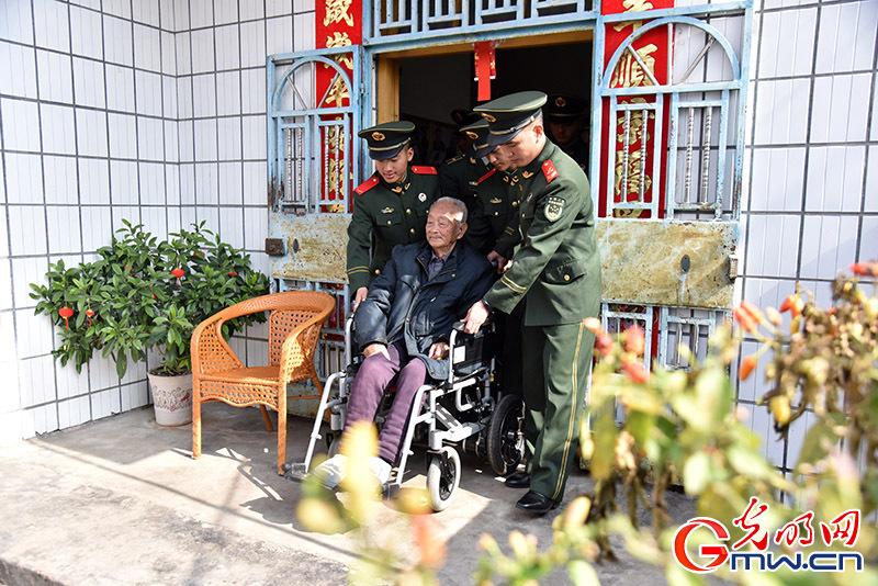 聆听年味里的红色记忆——武警龙岩支队看望慰问百岁老红军