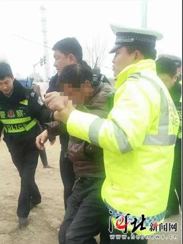 男子酗酒过度昏倒路边 广平执勤民警施以援手