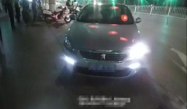 邯郸男子不满处罚当街纠缠 围观群众正义发声