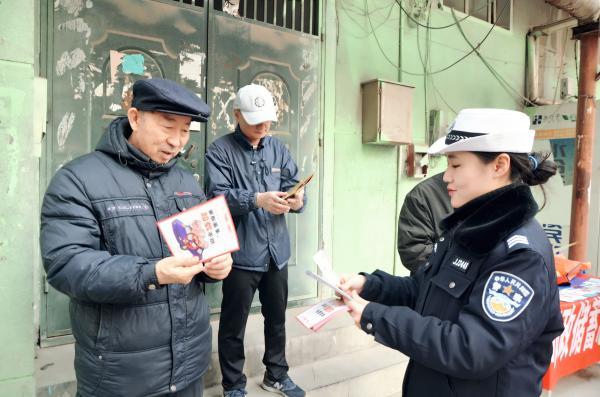 邯郸交警进社区 为群众答疑解惑