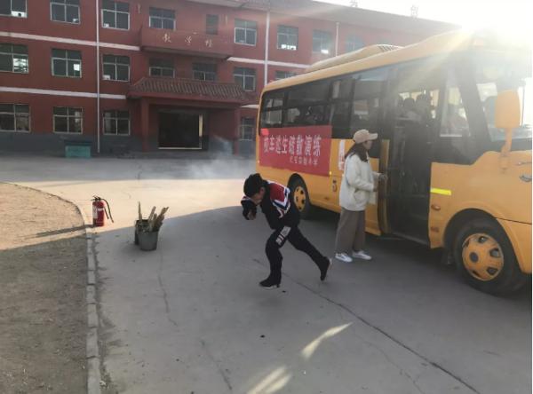 邯郸市邯山区代召小学开展校车事故应急逃生演练活动