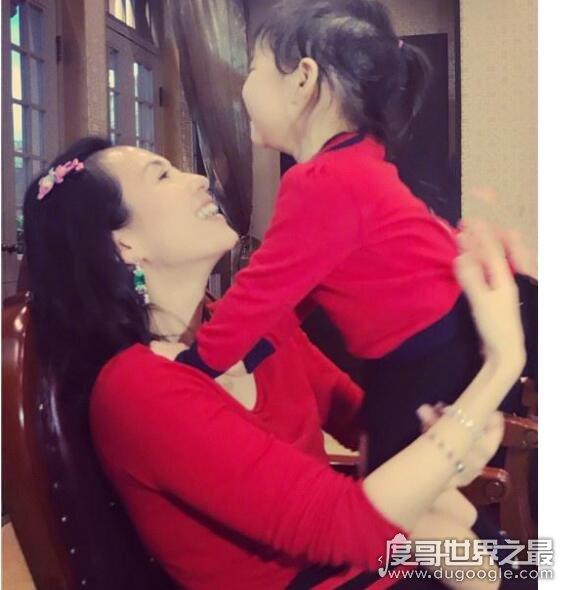 章子怡为女儿擦嘴,母女共吃棉花糖超有爱(章子怡满眼宠溺)