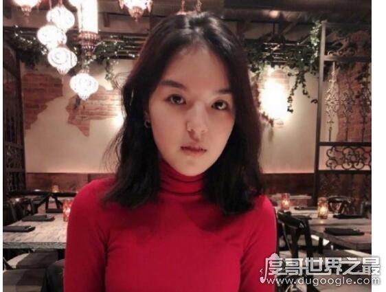 李咏女儿晒泳装照,穿红色泳衣的她精致漂亮与妈妈互动很有爱