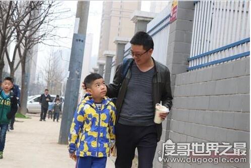 """武汉一小学设爸爸接送周,""""单亲孩子""""心理也要引起重视"""