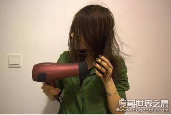 女子用可乐洗头吹干后奇迹出现了,变更顺滑(可乐妙用多)