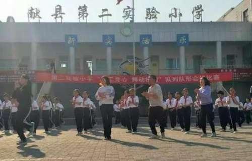 """河北沧州校长带头跳""""鬼步舞""""成靓丽风景线"""