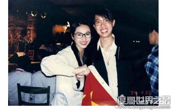 黎姿晒20年前旧照,和郭富城同框笑容稚气纯真