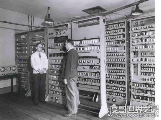 世界上第一台电脑,诞生于1946年(占地150平方米/重30吨)