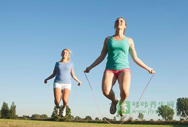 跳绳健身图