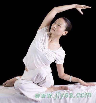 睡前瑜伽健身运动让女性朋友睡的更香