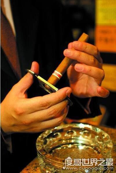 """雪茄怎么抽?""""一根雪茄三根柴""""方法很讲究(附详细步骤)"""