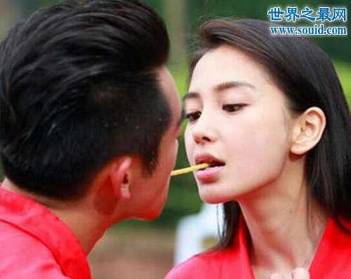 杨颖的胸口给郑恺亲吻,嘴对嘴吃饼干双唇紧贴
