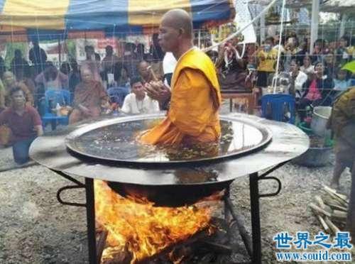 泰国僧侣在沸腾的油锅里打坐,挑战人体机能(图)