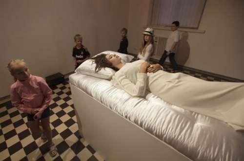 乌克兰办睡美人展 一旦吻醒睡美人就要娶回家