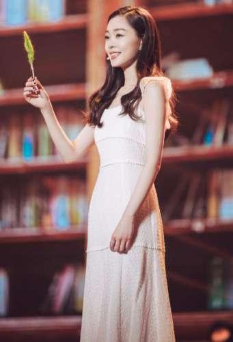 宋轶一袭白裙真美,让人看了就能想起仙子,身材更是惹人羡慕!