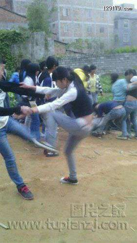 广西两帮女生打架 场面火爆引男生围观