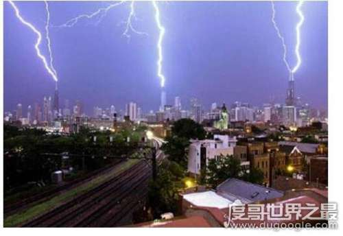 芝加哥向上闪电引惊叹,四座摩天大楼不停的向天空放电