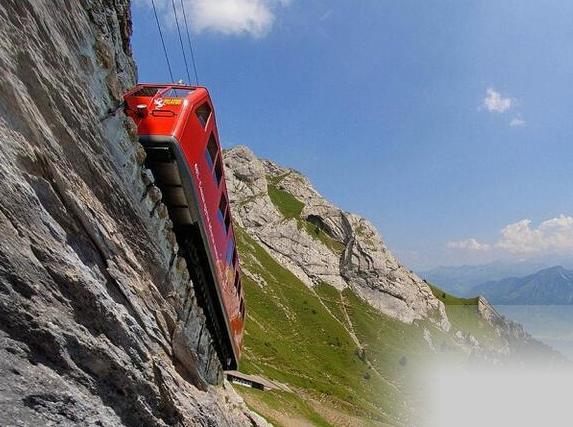 世界最陡峭的铁路 列车有一半车身悬空